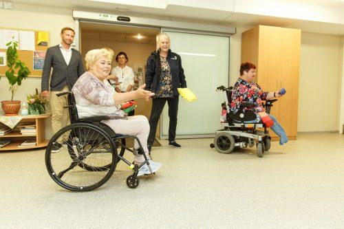 Sievietes ratiņkrēslos sacenšas savā starpā metot spilventiņus