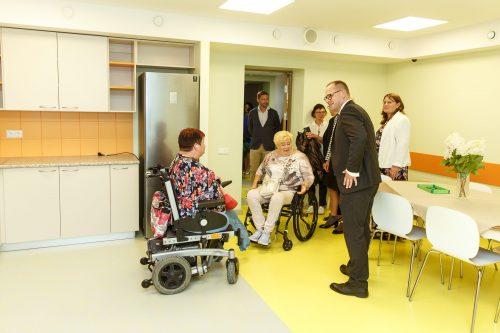Salaspils mērs runājās ar kundzi ratiņkrēslā