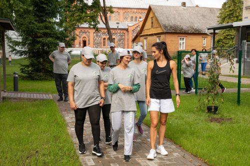 Dienas centra apmeklētāji kopā ar fizioterapeiti dodas uz trenniņu laukumu