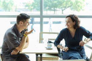 Vītietis ar sievieti, sēž pie galdiņa un runājās