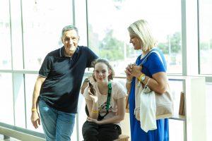 Vecāki kopā ar meitu pozē fotogrāfam