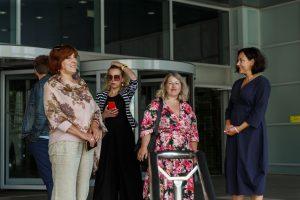 Stāv četras sievietes