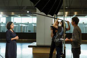 Filmēšanas brigāde intervē sievieti