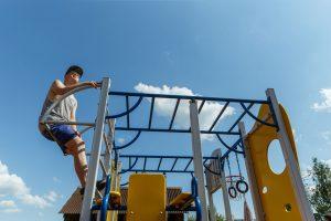 Jaunietis rotaļu laukumā uzrāpies pa trepēm