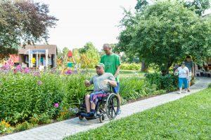 Jaunietis stumj vīrieti ratiņkrēslā