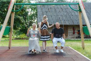 Alise šūpina abus vecākus