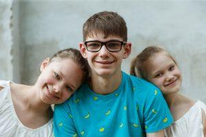 Pusaudži, Renārs ar divām māsām - portrets