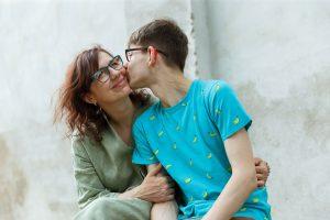 Pusaudzis, Renārs, skūpsta mammu uz vaiga