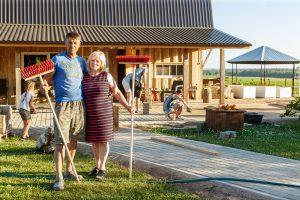 Pāris. Vīrietis ar sievieti, stāv lauku mājas priekšā