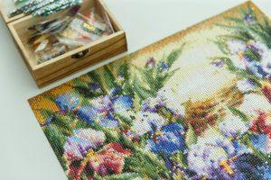 Krāsains rokdarbs, glezna ar ziediem, uz galda