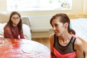 Nataša sēž savā istabā kopā ar meitu un domīgi skatās