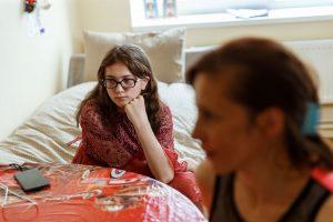 Nataša ar meitu Natašas istabā