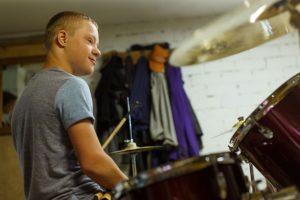 Ginters spēlē bungas