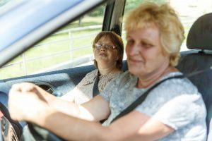 Lelde ar mammu mašīnā