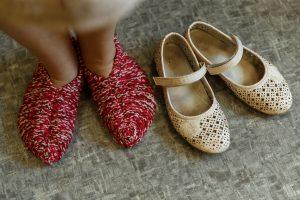 Leldes kājas čībās. Blaksu kurpes