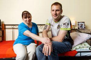 Inga un Ingus sēž uz gultas malas