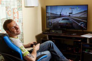 Ingus oie televizora spēlē datorspēli