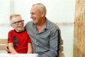 Deniss sēž kopā ar tēvu