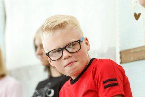 Deniss. Puika blondiem matiem un brillēs