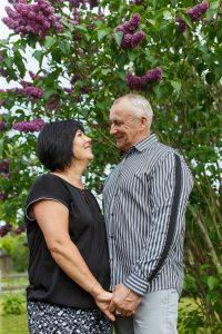 Denisa māte un tēvs stāv un skatās viens uz otru