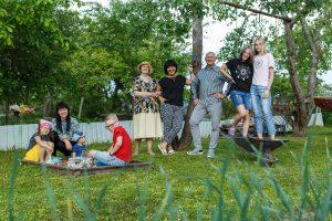 Deniss ar ģimeni pļavā