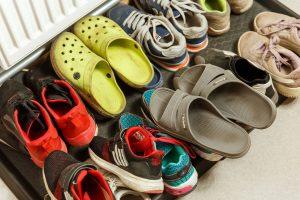 Daudz bērnu apavi pie radiatora