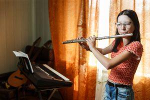 Elīna spēlē flautu